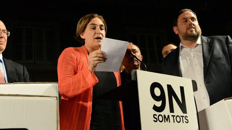 Ada Colau junto a Oriol Junqueras, en un acto en rechazo de las imputaciones de políticos de CDC por el 9N
