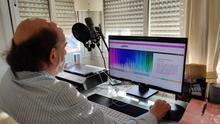 Luis explora la página del banco de voces Aholab desde su ordenador. Al fondo, el micrófono con el que se ha grabado su nueva voz.