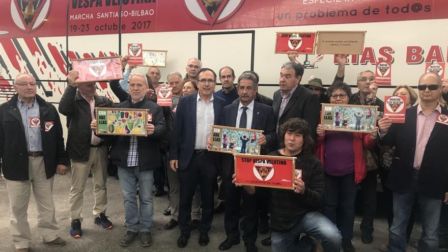 """La acción """"Stop Velutina"""" centra la inauguración de la IX Feria Nacional Apícola de Cantabria"""