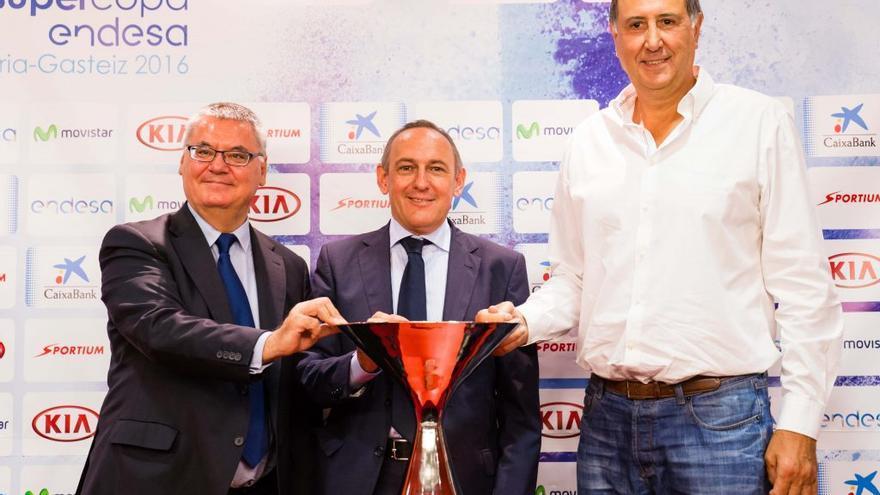 Josean Querejeta, Francisco Roca y Ramiro González posan con la Supercopa Endesa en Vitoria.