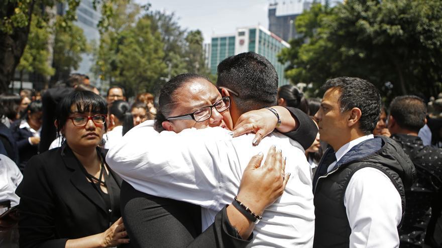 Una mujer y un hombre tras ser evacuados después del terremoto que ha tenido lugar en Ciudad de México.