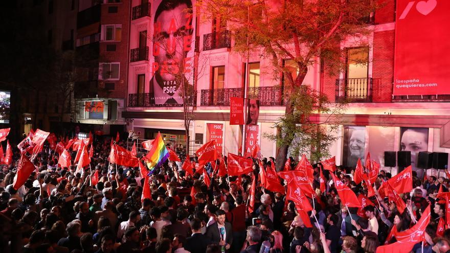 Sánchez tiende la mano a todos para gobernar ante miles de simpatizantes que piden que no pacte con Rivera