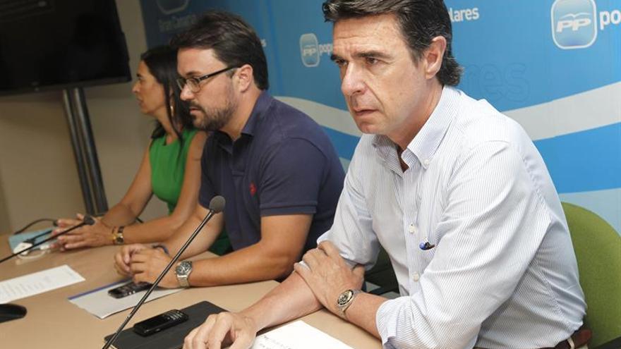 El ministro de Industria, Energía y Turismo y presidente del Partido Popular en Canarias, José Manuel Soria, junto a los dirigentes de este partido Asier Antona  y María del Carmen Hernández Bento. (EFE)