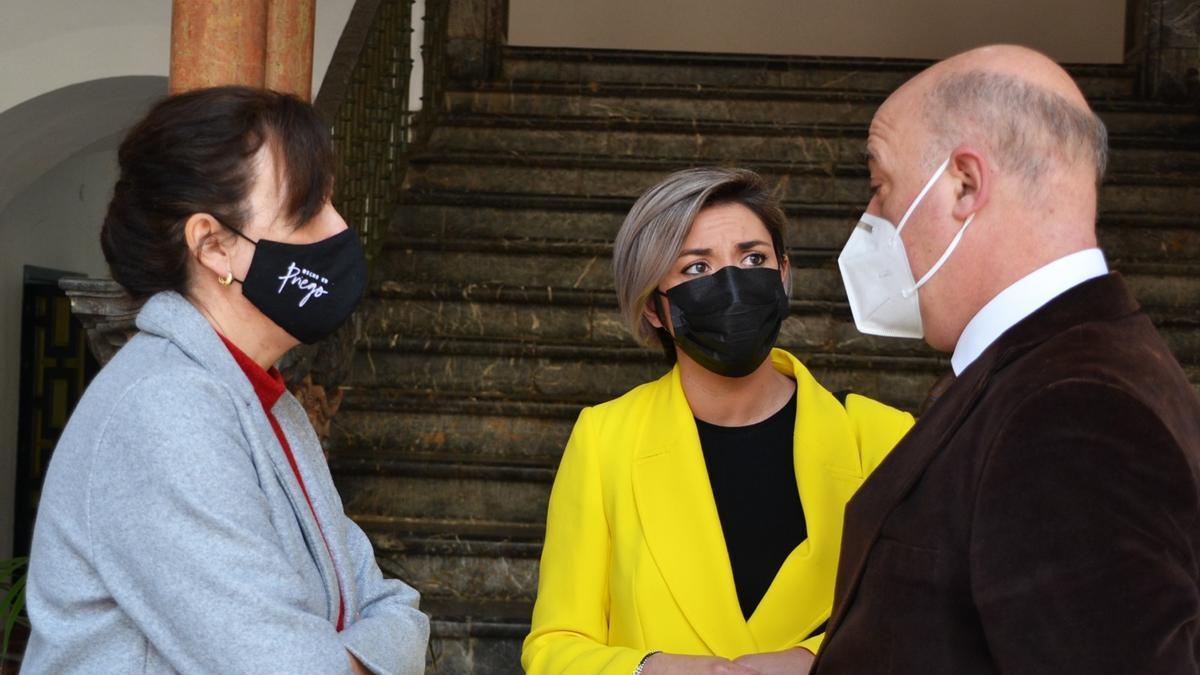 La diputada de Ciudadanos habla con el presidente de la Diputación y la portavoz del PP