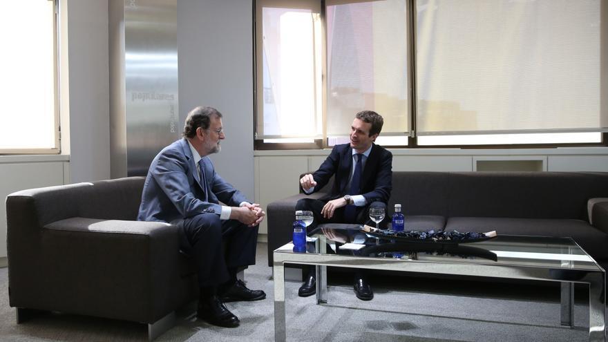 Casado y Rajoy, durante la reunión que han mantenido en la sede de Génova del PP.