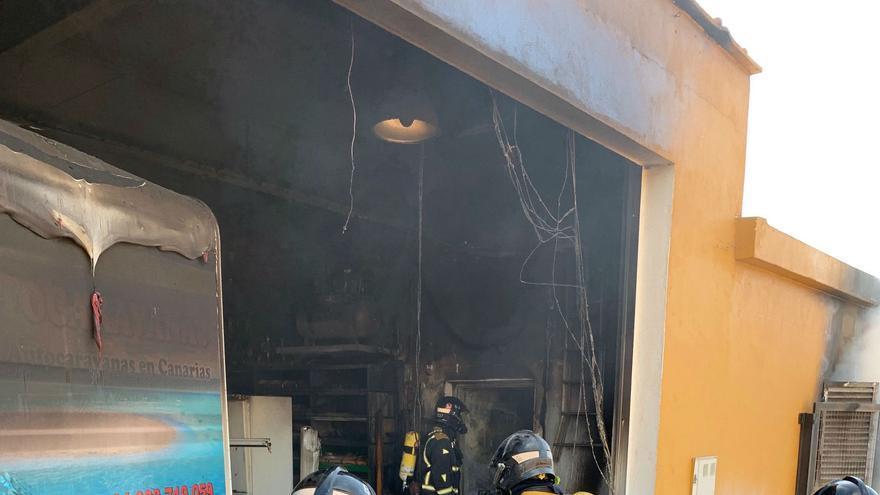 Momento de la intervención de los bomberos profesionales en Charco del Pino