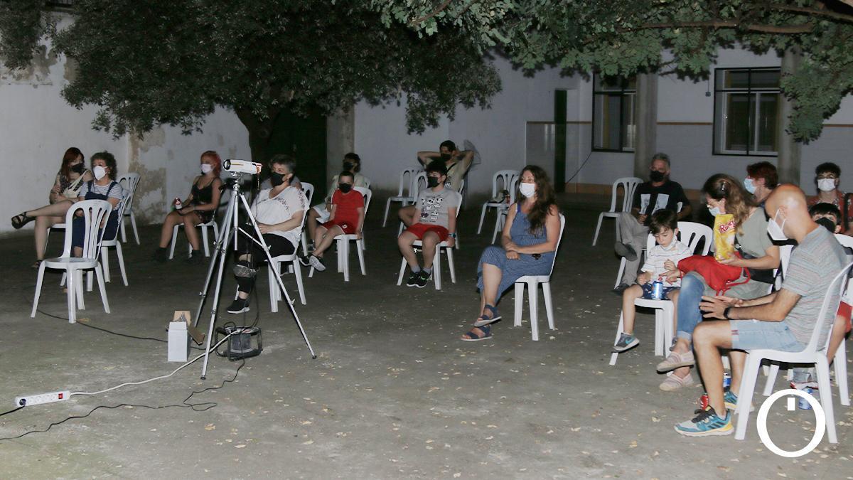 Vecinos en el cine de verano en el antiguo colegio Luciana Centeno