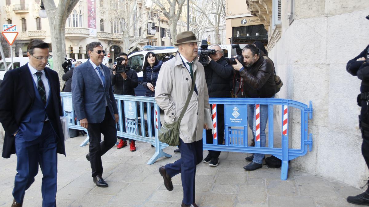 El juez Manuel Penalva, con gorro, y el fiscal Miguel Ángel Subirán, a su llegada a la Audiencia de Palma para declarar sobre el caso Cursach