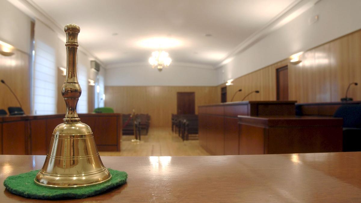 Una sala de vistas en un juzgado.