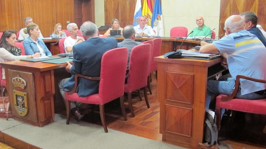 En la imagen, reunión mantenida por el consejero de Planificación del Cabildo de La Palma y la consejera de Turismo, con representantes políticos y técnicos de todos los ayuntamientos de la Isla.