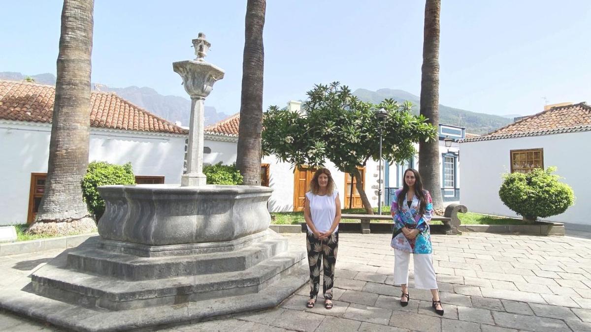 Paloma Suárez (d) y Raquel Díaz, consejera de Promoción Económica del Cabildo y responsable de la empresa pública Sodepal.
