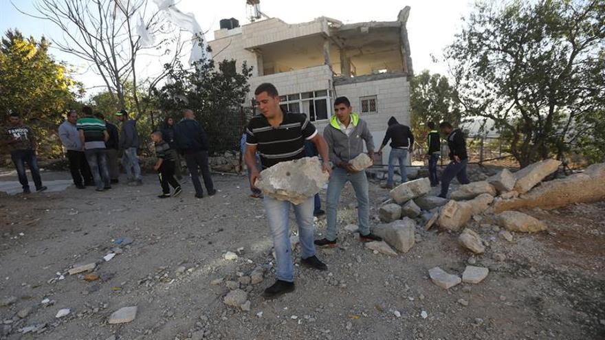 El ejército israelí derriba la casa de la familia de un palestino que mató a 3 personas