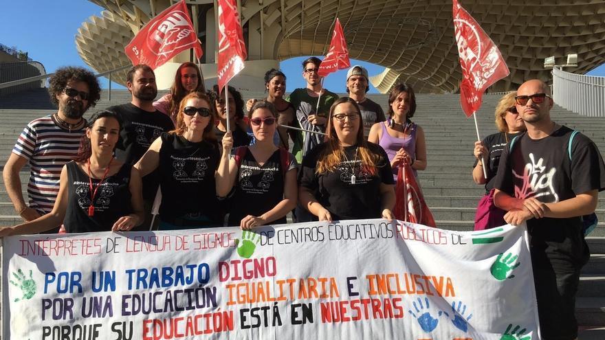 Concentración en Sevilla de intérpretes de lengua de signos contra la precariedad