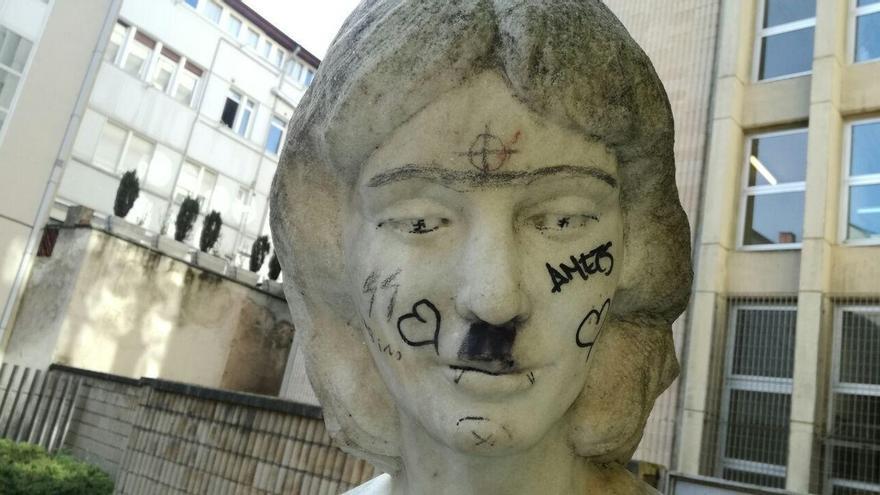 Podemos Vitoria denuncia la aparición de pintadas fascistas en una estatua del Jardín Secreto del Agua