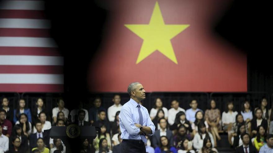 Obama termina su visita a Vietnam tras estrechar lazos con su antiguo enemigo