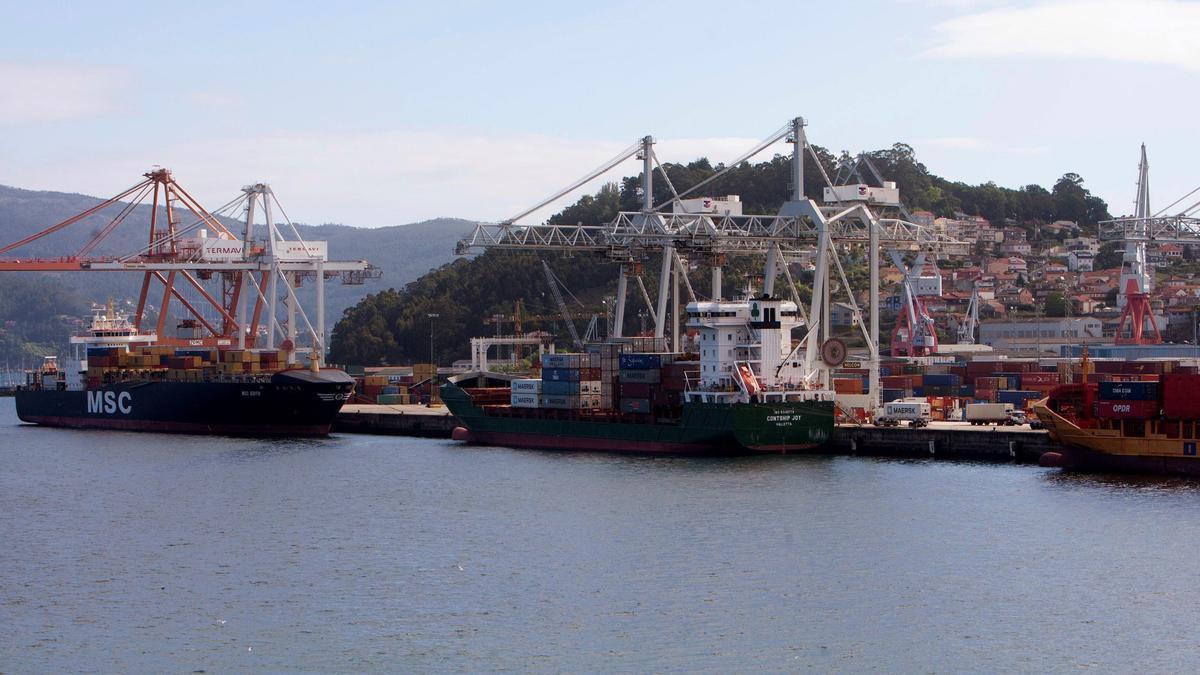 Tres buques descargando su mercancía en el puerto de Vigo, en una imagen de archivo.