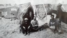 Brigadistas chinos, con el banderín, en el campo de concentración de Argelès-sur-Mer, en febrero de 1939