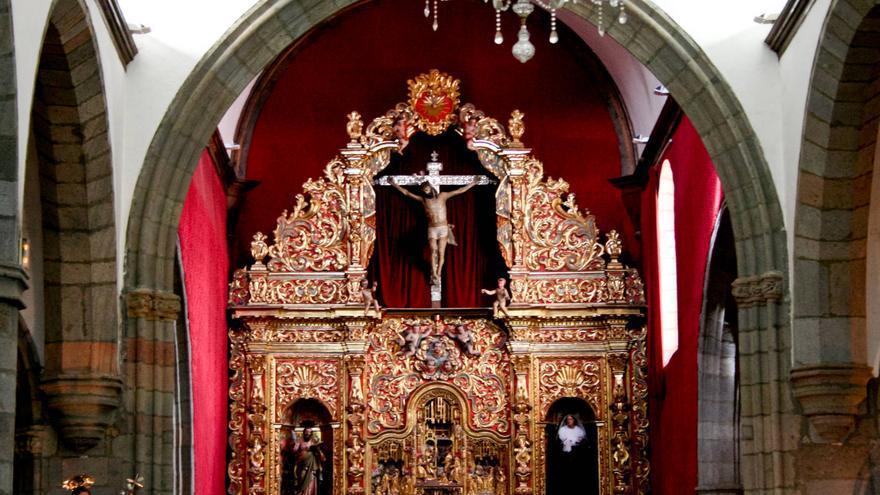 Retablo flamenco e imagen de Cristo en la Basílica de San Juan.