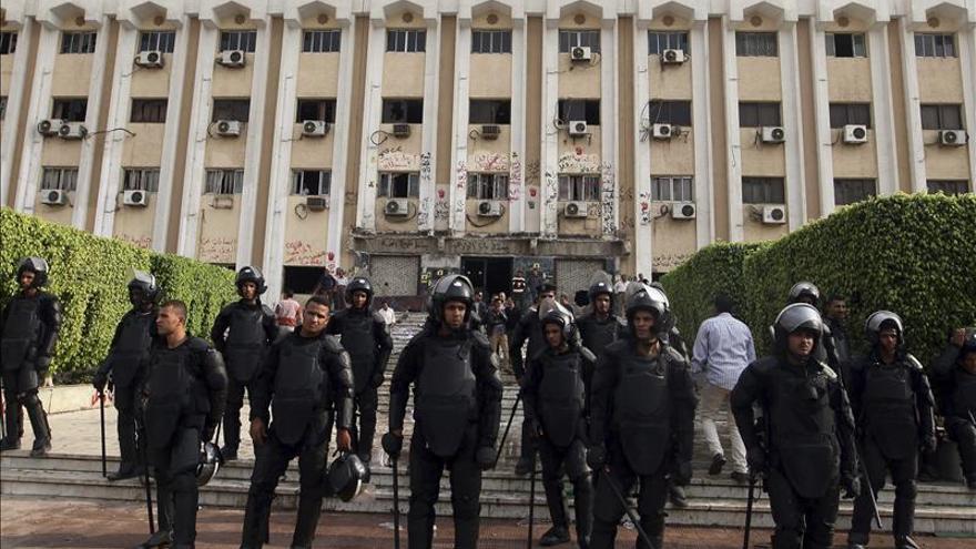 Estudiantes de la Universidad de Al Azhar se enfrentan por el juicio a Mursi