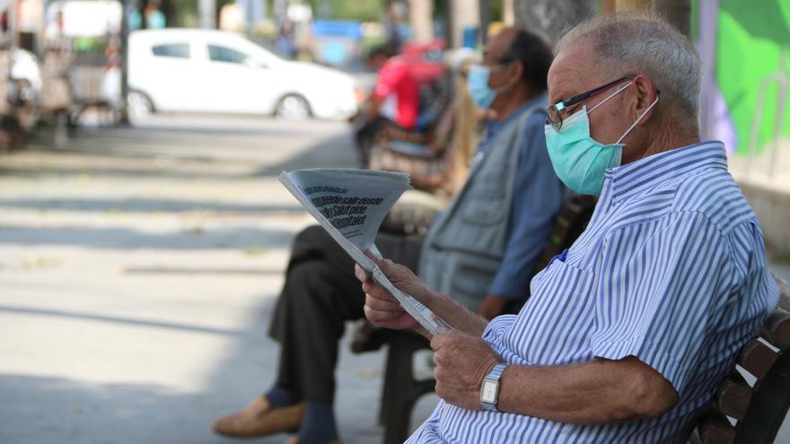 Vecinos de La Florida (l'Hospitalet de Llobregat) este miércoles.