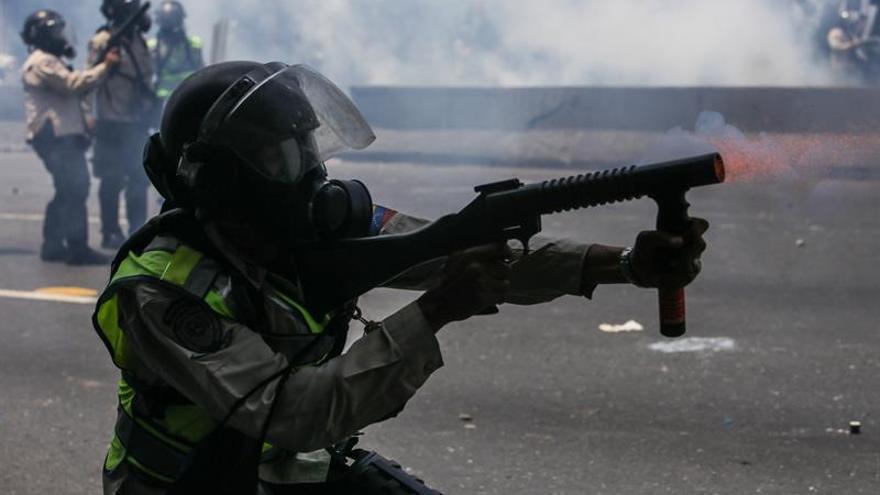 Opositores y fuerzas de seguridad mudan enfrentamientos al oeste de Caracas