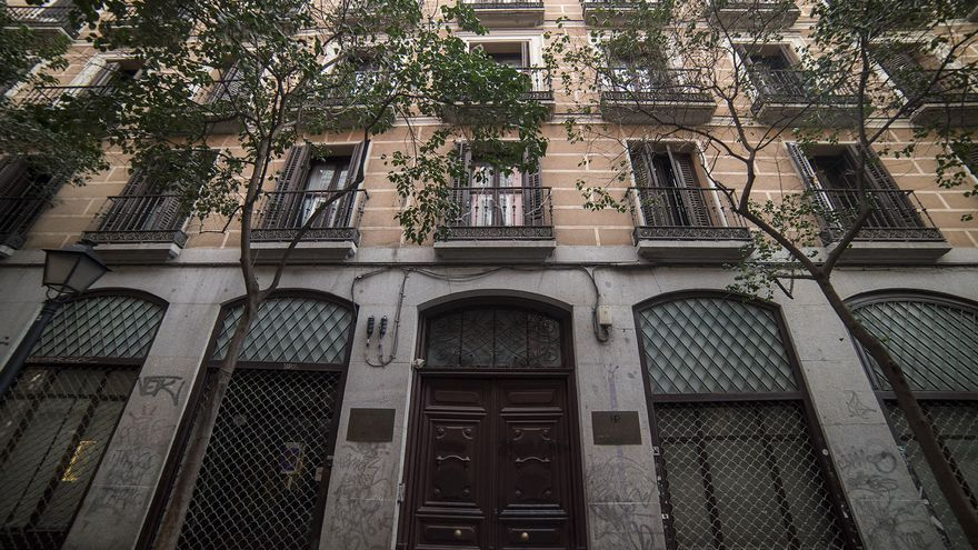 La antigua residencia de mayores ocupa un edificio de cinco plantas en la céntrica Malasaña. / Fernando Sánchez