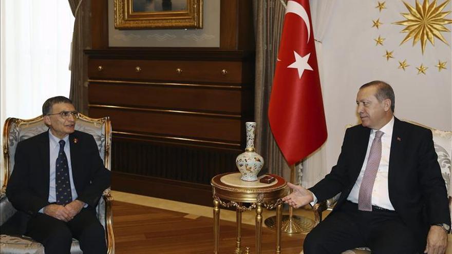 El premio Nobel de Química entrega su medalla a las Fuerzas Armadas turcas