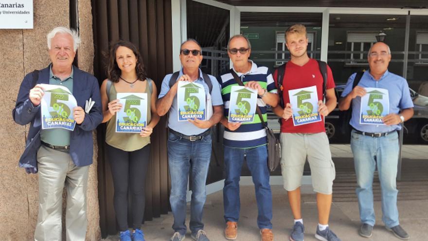 Miembros de la Plataforma por el 5% para la Educación en Canarias a las puertas de la Consejería de Educación del Gobierno de Canarias