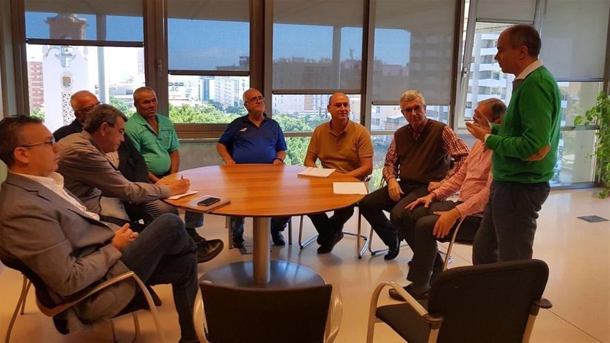 Imagen de los concejales de Santa Cruz reunidos con vecinos de Nuevo Obrero