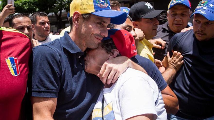 """Capriles denuncia que fue atacado """"con bombas"""" tras la marcha en Caracas"""