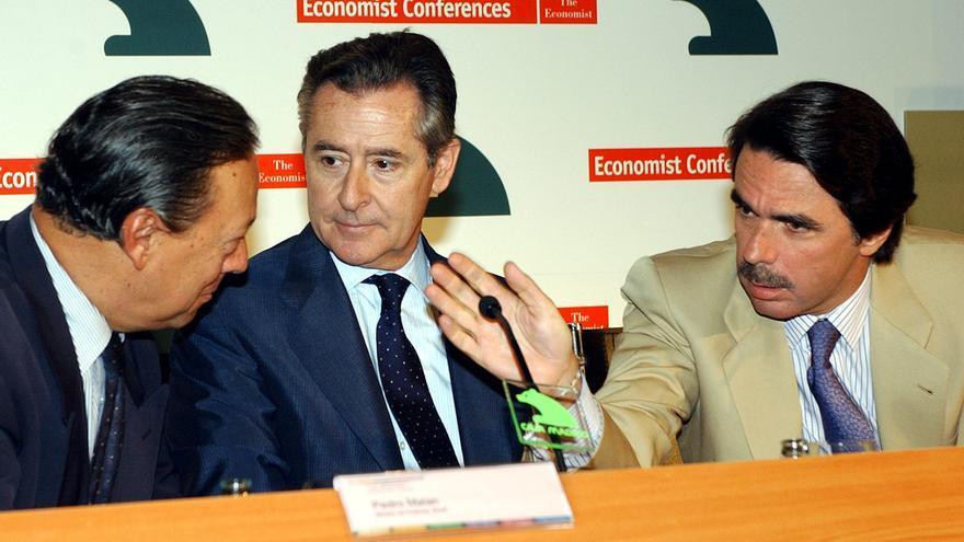 José María Aznar y Miguel Blesa, con el ministro de Finanzas de Brasil, Pedro Malán, en la clausura de un encuentro financiero Internacional en Madrid, en julio de 2002. / Kote Rodrigo.