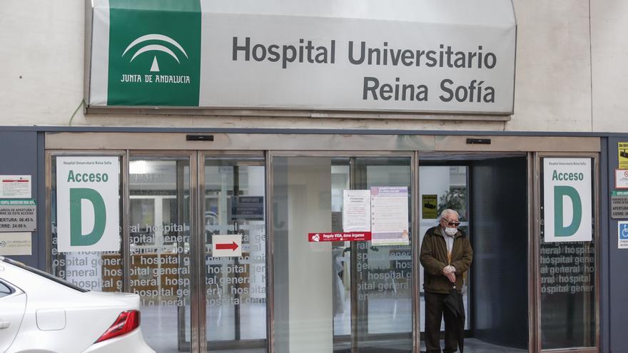 Entrada al hospital Reina Sofía de Córdoba   ÁLEX GALLEGOS
