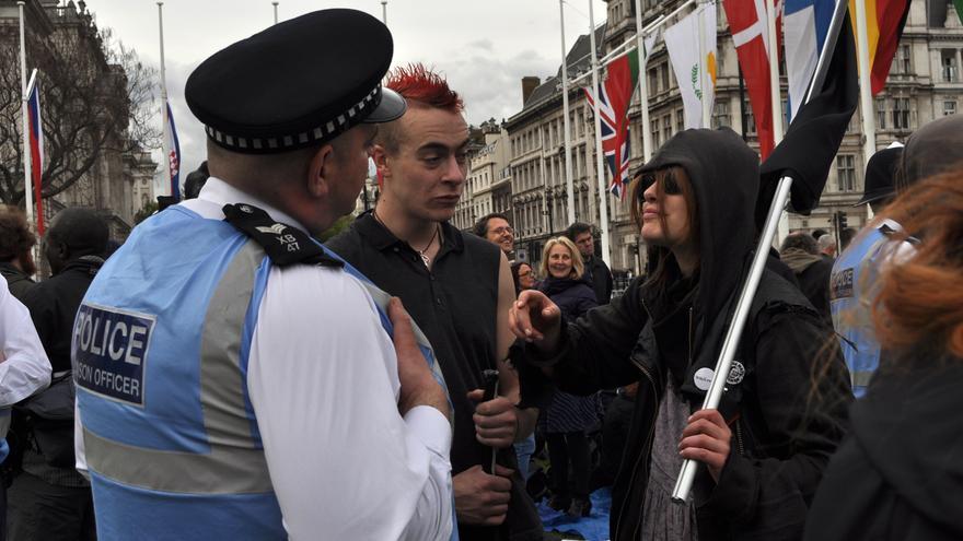 Un policía conversa con miembros de Occupy Democracy cerca del Parlamento. Foto: Maruxa Ruiz del Árbol.