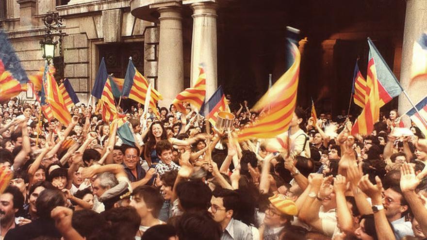 Aficionados del Valencia CF en la plaza del Ayuntamiento de Valencia tras ganar la copa de 1979.