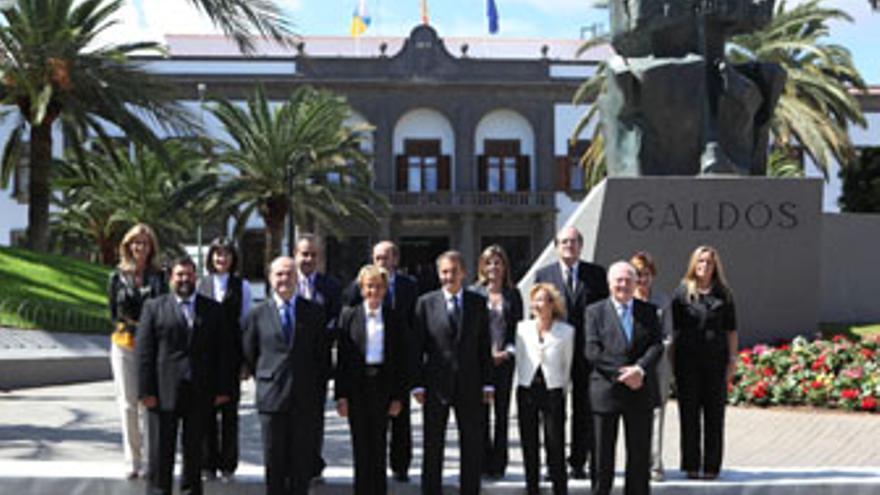 El Ejecutivo de José Luis Rodríguez Zapatero, en la Plaza de La Feria ante el busto de Benito Pérez Galdós, el pasado 9 de octubre. (QUIQUE CURBELO)