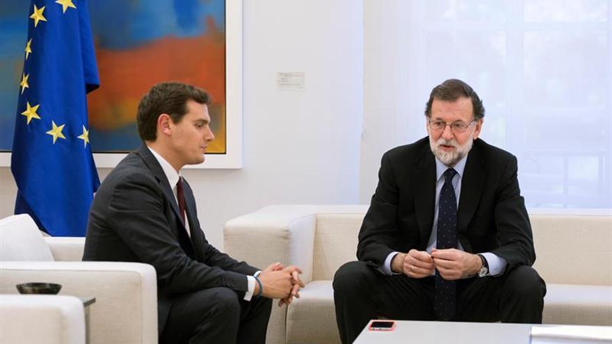 Rajoy se reúne con Rivera y apelan a que el futuro Govern respete la ley