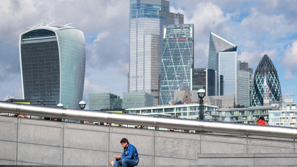 Un hombre se sienta y come cerca del Ayuntamiento, en Londres (Reino Unido).