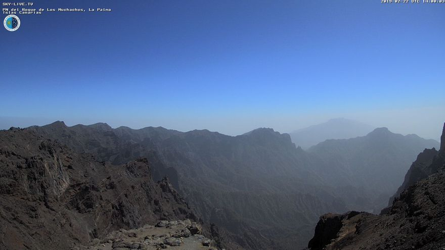 Calima este viernes en las cumbres de La Palma. Imagen captada de la webcam de Sky Live TV del IAC en el Roque de Los Muchachos (Garafía).