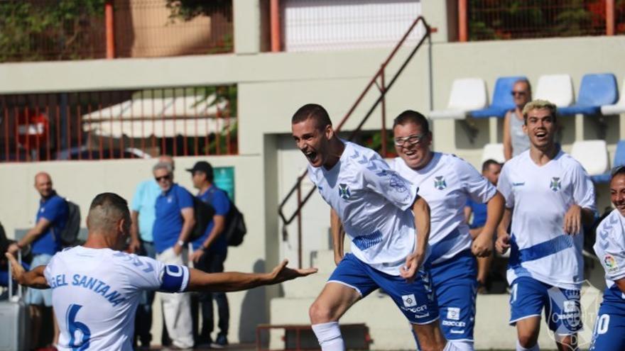 Tana y Ángel celebrado uno de los tantos del CD Tenerife EDI ante la UD Las Palmas I+I.