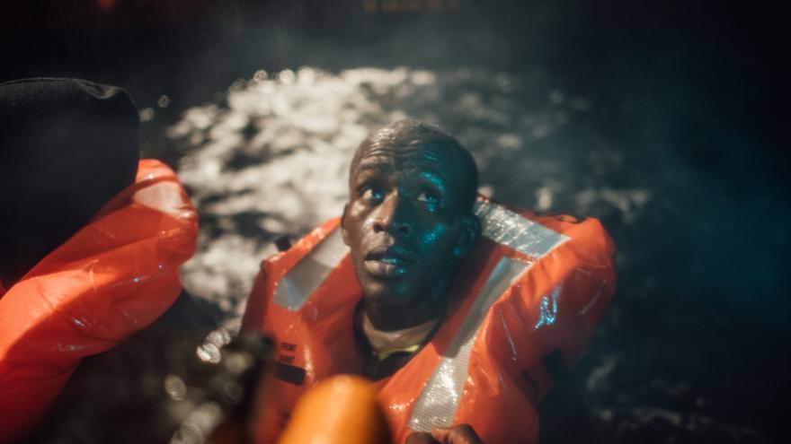 Un hombre espera en el agua a ser rescatado por Médicos Sin Fronteras | Kevin McElvaney