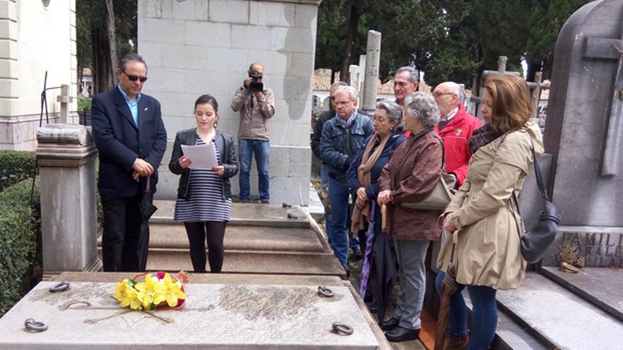 Acto de homenaje en el cementerio, ante el panteón de los Romero de Torres.