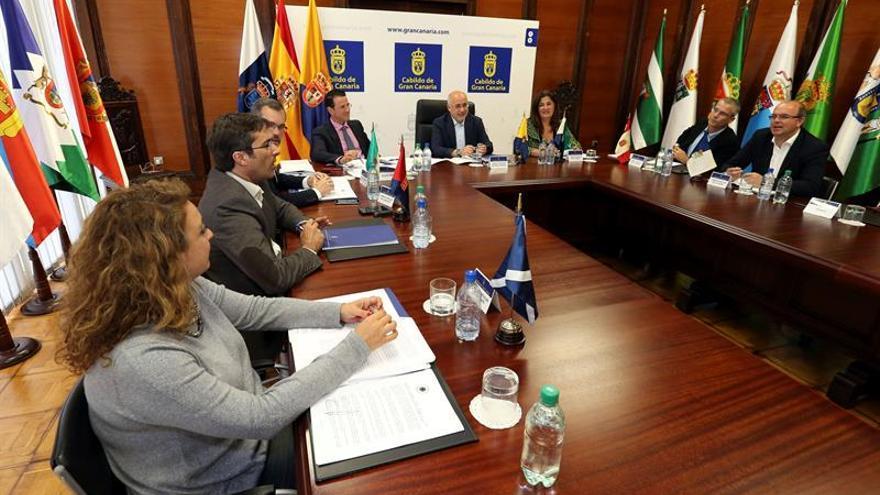 El presidente del Cabildo de Gran Canaria, Antonio Morales (c), presidiendo la reunión de la asamblea de la Federación Canaria de Islas (Fecai)
