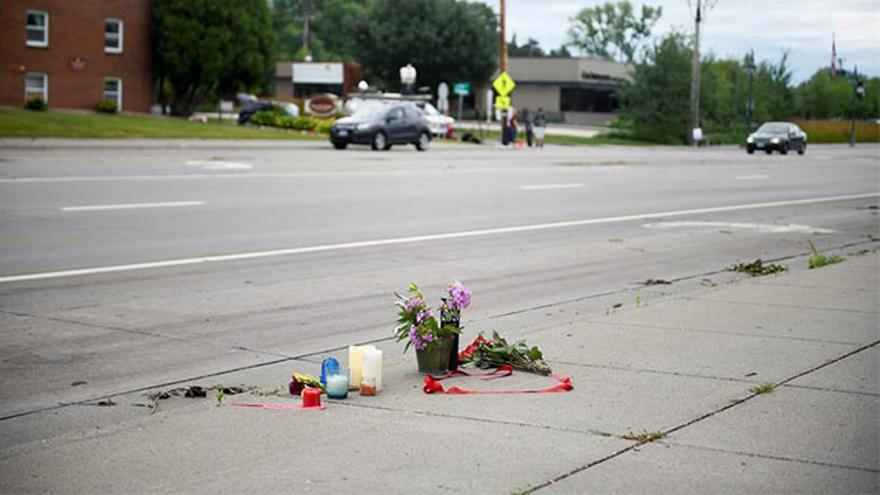Varias flores en el lugar donde falleció Philando Castile