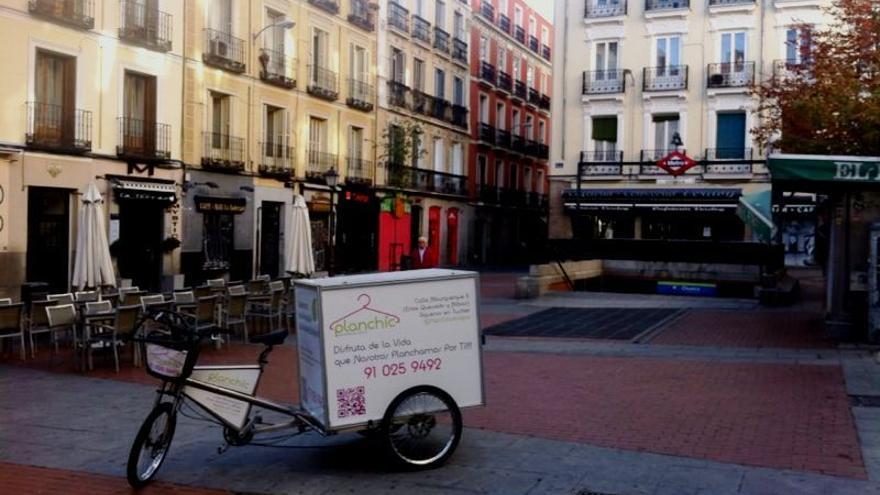 Una de las bicicletas con las que Planchic recoge y entrega las prendas