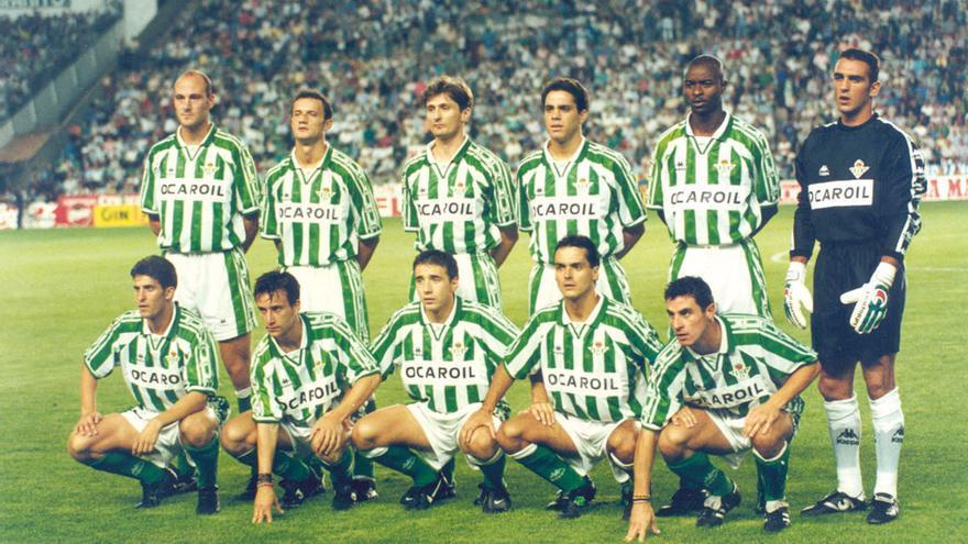 Alineación del Betis 96/97, que como líder de la competición recibe al Madrid en un abarrotado Villamarín con un equipo formado, de arriba abajo y de izquierda a derecha, por: Ríos, Vidakovic, Jarni, Pier, Finidi, Prats; Merino, Alfonso, Luis Fernández, Alexis y Quesada.