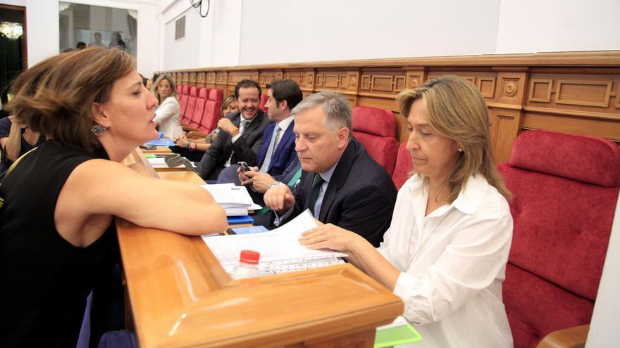 La portavoz del PSOE, Blanca Fernández (izq.) habla con Ana Guarinos, presidenta del Grupo Parlamentario Popular