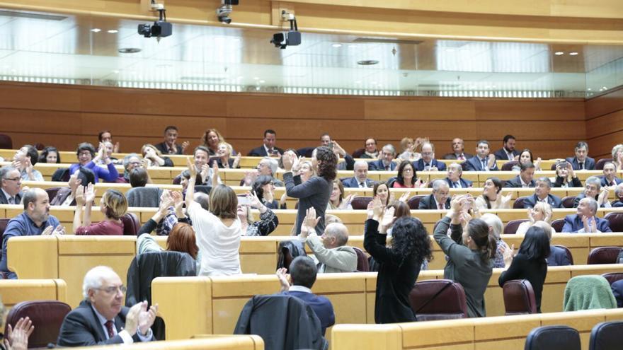 Imagen insólita en el Senado tras aprobarse por unanimidad la moción de Unidos Podemos