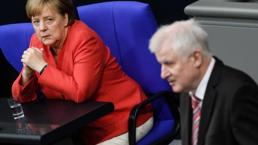 Aplazan la difusión del plan de asilo por diferencias entre Merkel y el ministro de Interior