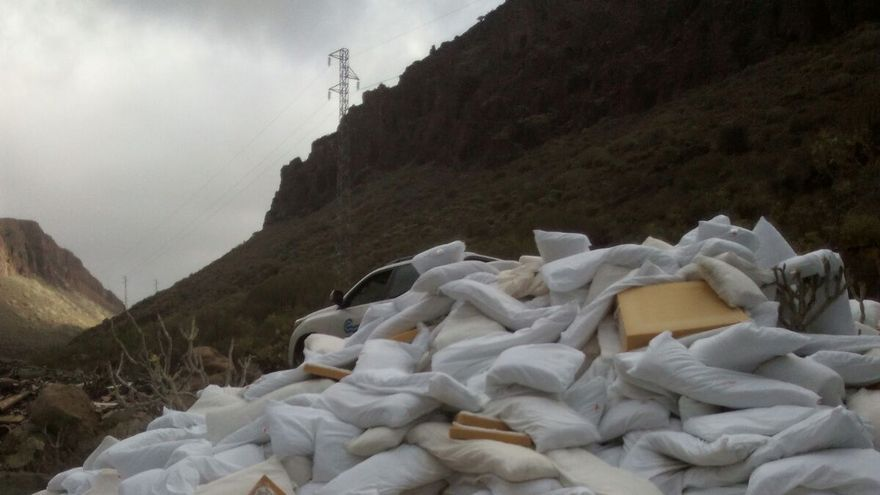 Vertido ilegal de almohadas en el Barranco de Fataga.