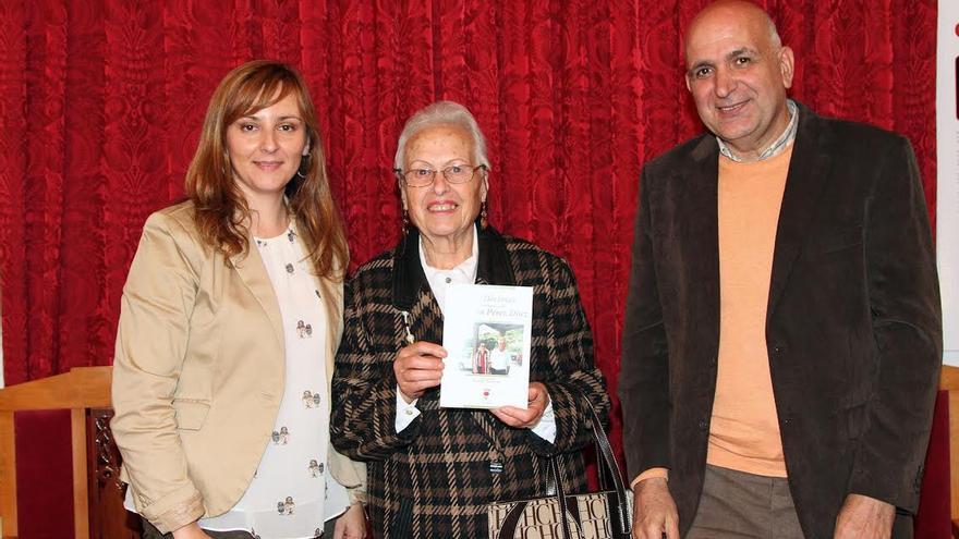Enedina Pérez Díaz (centro) con la alcaldesa de la Villa de Mazo, Nieves Lady Barreto, y el catedrático de Física de la Universidad de La Laguna, coordiador del proyecto 'La Palma Punto y Aparte'